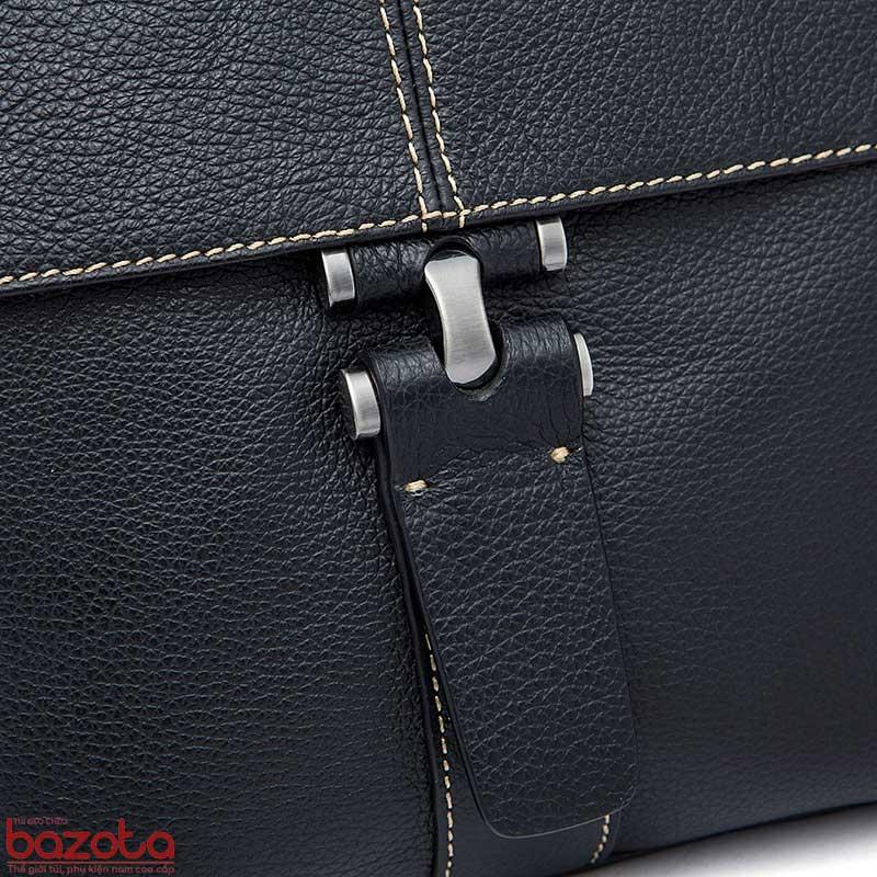 Móc khóa trang trí tạo điểm nhấn của túi.